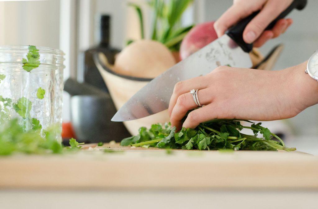 . Es soll Rezepte enthalten, die man ohne elektrische Küchengeräte und auch ohne Leitungswasser in die Tat umsetzen kann. Foto: Unsplash/Alyson McPhee