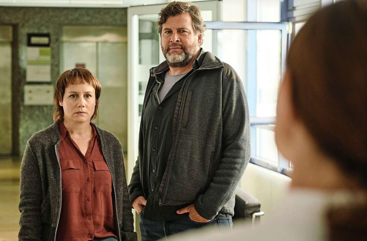 Tobler (Eva Löbau) und Berg (Hans-Jochen Wagner) bleiben diesmal brav in der Rolle der Fragesteller. Foto: SWR/Benoît Linder