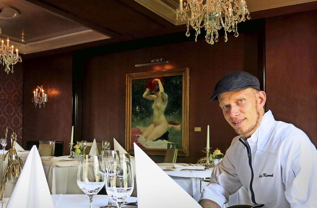 """Der Küchenchef Boris Rommel im Zwei-Sterne-Restaurant Le Cerf, im Hintergrund: """"Der rote Hut"""" (1903) von Josef Engelhart aus der Sammlung Würth Foto: Matthias Ring"""