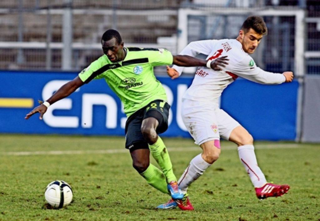 Rückblick aufs letzte Derby im Februar: Lhadji Badiane (links) von den Kickers und Timo Cecen vom VfB II Foto: Baumann