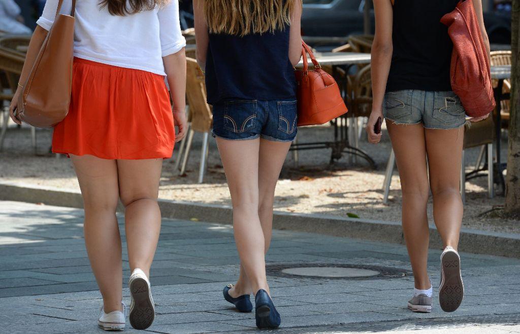 Kommen Mädchen zu knapp bekleidet in die Schule müssen sie manchmal übergroße T-Shirts überziehen. Foto: dpa