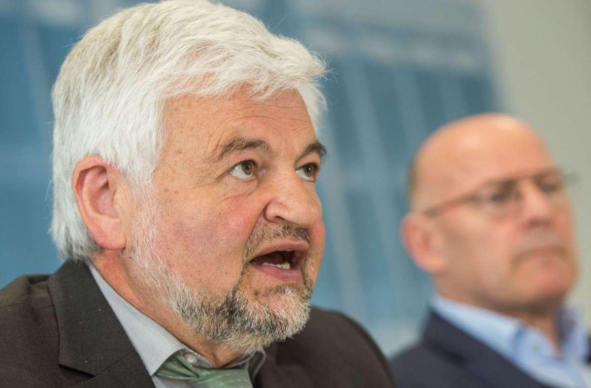 Stuttgarts Regierungspräsident Wolfgang Reimer (li.), hier zusammen mit Verkehrsminister Winfried Hermann (beide Grüne), fordert von der Bahn Pläne für den Tunnel zum Flughafen. Foto: dpa/Lino Mirgeler