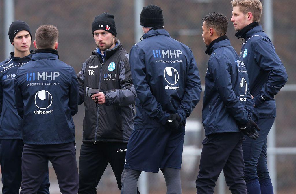 Erste Anweisungen beim Trainingsauftakt: Der neue Kickers-Coach Tomasz Kaczmarek (3. v. li.). Foto: Baumann