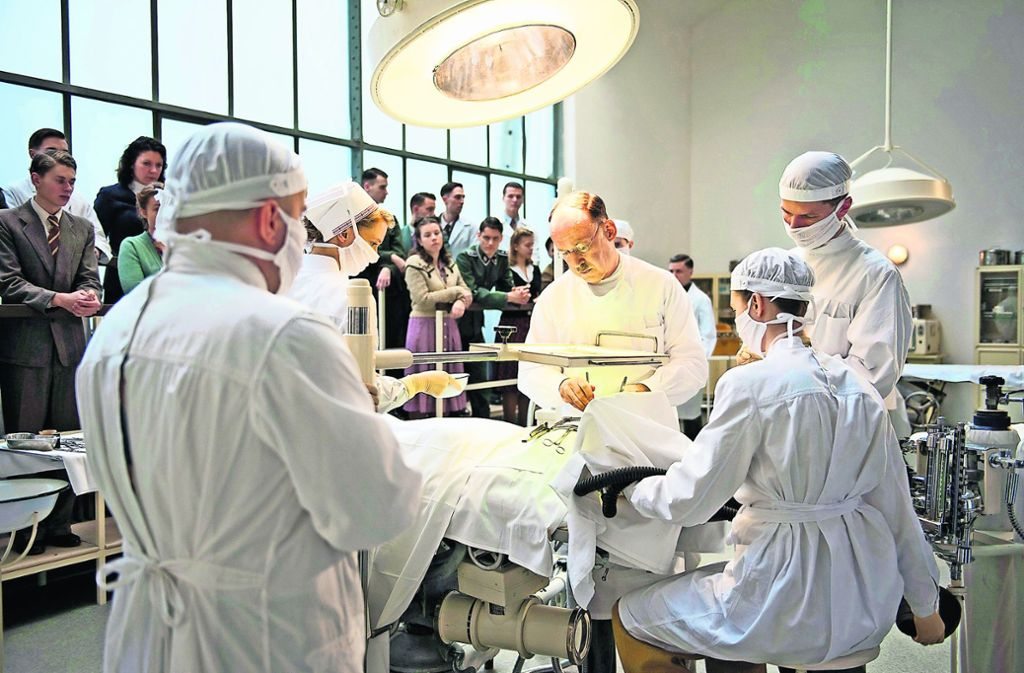 Ferdinand Sauerbruch (Ulrich Noethen, Mitte) ist Chefarzt an der Charité. Foto: ARD