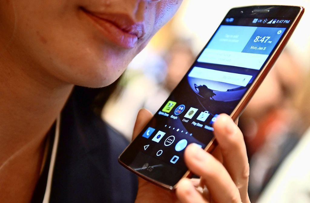 Wer mit seinem Smartphone unterwegs ins Internet möchte, braucht eine schnelle, mobile Datenübertragung. Foto: dpa