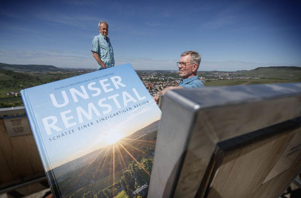 Der Autor Andreas Krohberger (links) und Fotograf Peter Hartung mit ihrem Remstal-Buch – von unserem Fotografen Gottfried Stoppel hoch über dem Remstal bei Weinstadt abgelichtet. Foto: