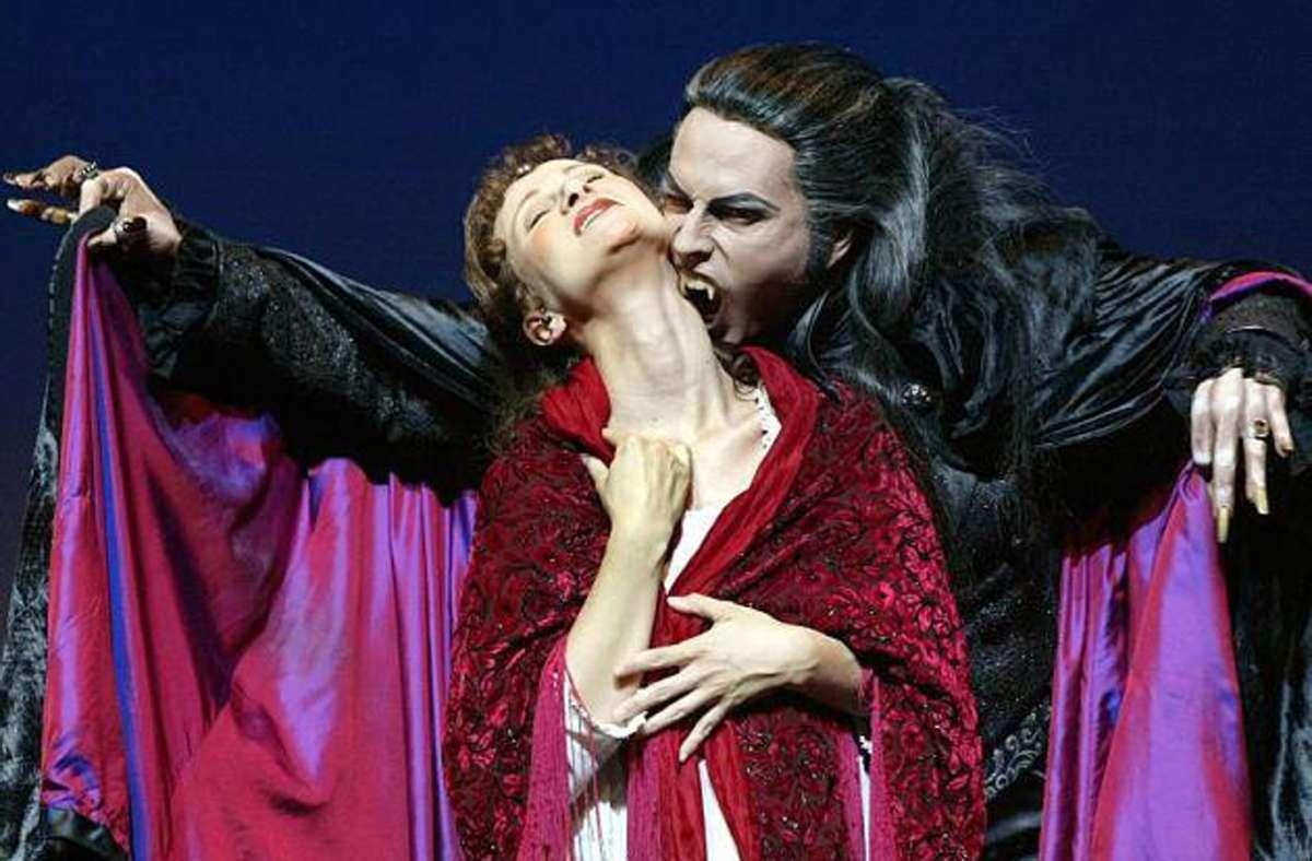 """Graf von Krolock kann später als geplant zubeißen: Das Musical """"Tanz der Vampire"""" startet möglicherweise erst im März in Stuttgart. Foto: dpa"""
