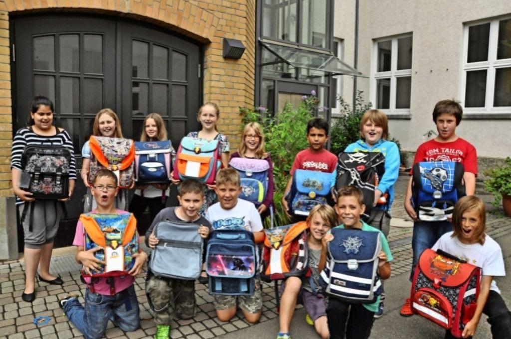 Nicht nur die Ranzen, auch einiges an Inhalt spenden die Schüler. Foto: Georg Linsenmann