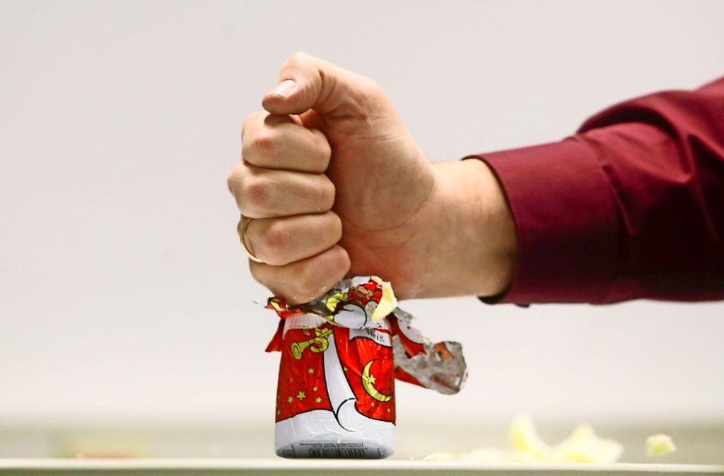 Ein Schokoladen-Weihnachtsmann ist im Streit während einer Ratsdebatte zerstört worden. Die Redaktion hat diese Szene nachgestellt. Foto: factum/Granville