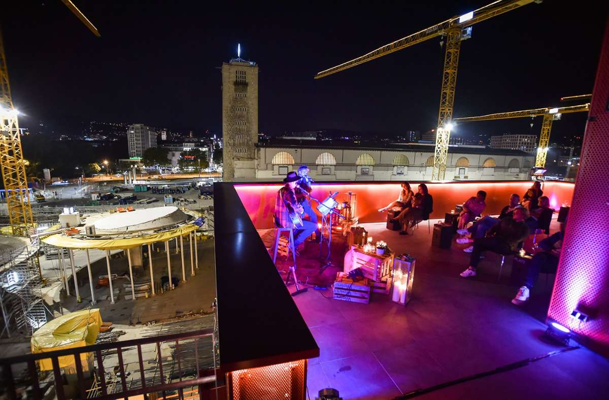 Beim Kerzenlicht-Konzert auf dem Infoturm am Stuttgarter Hauptbahnhof erinnert Musicalstar Christopher Brose an den großen Freddie Mercury. Foto: Lichtgut/Ferdinando Iannone