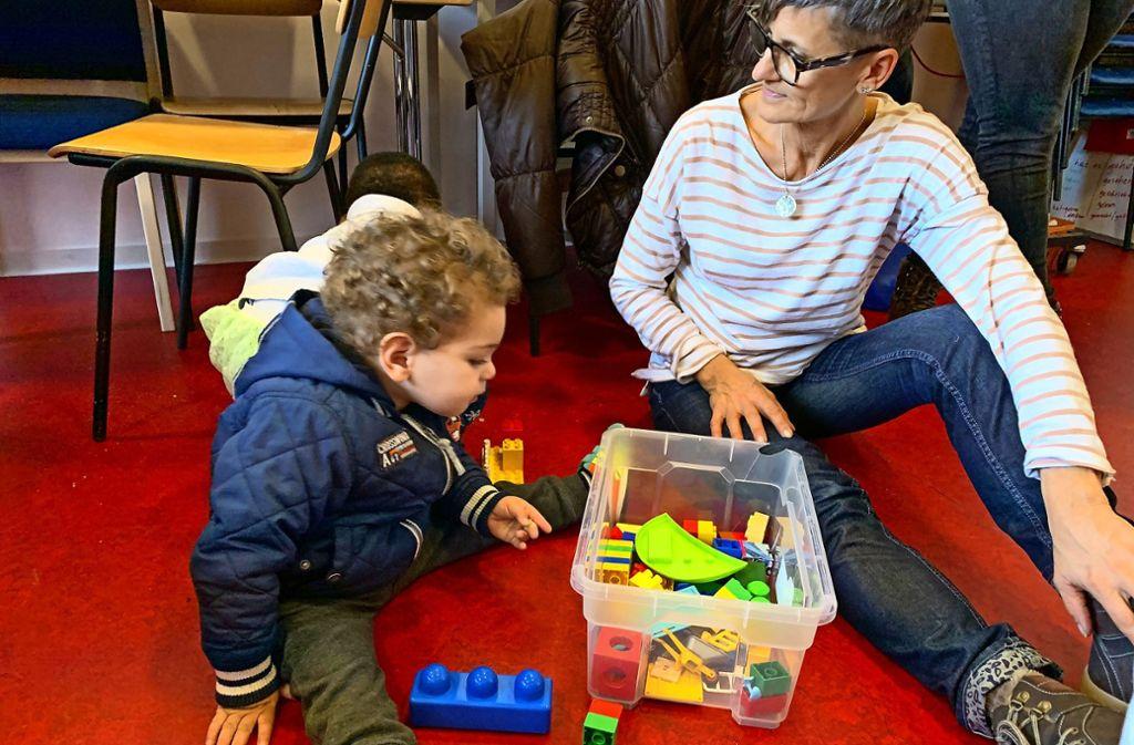 Die Ehrenamtliche Sabine Koch  zusammen mit einem Flüchtlingsjungen Foto: Claudia Leihenseder