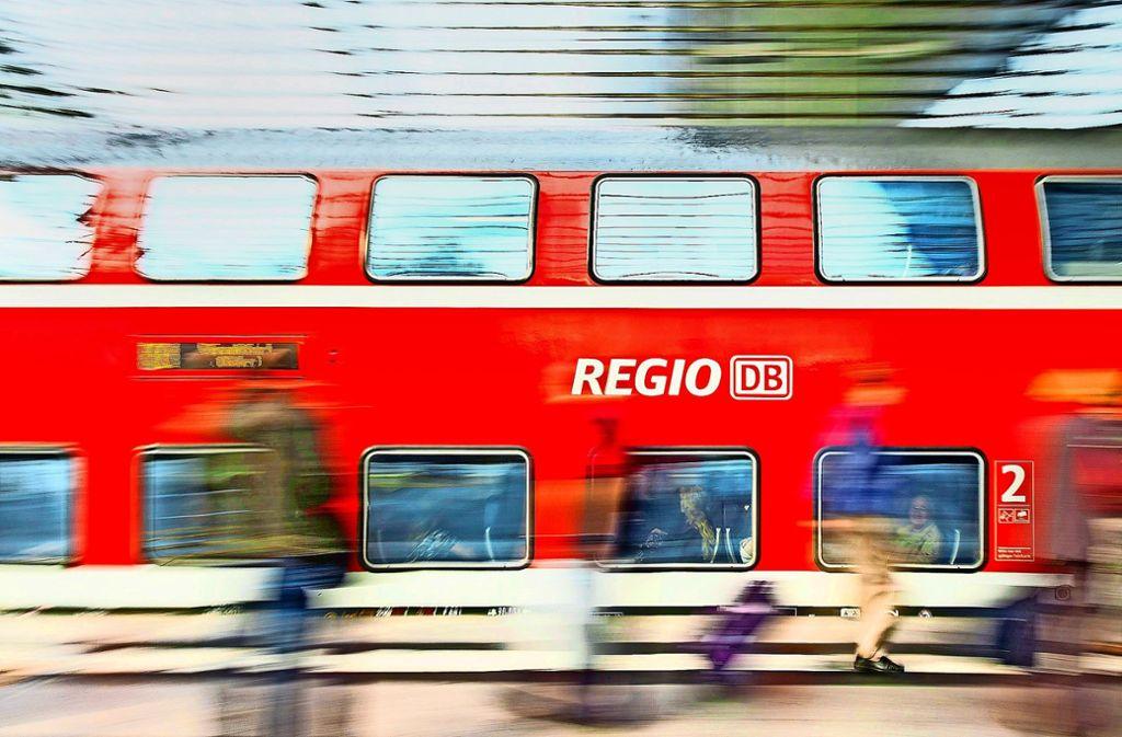 Zwar ist die Bahn im Regionalverkehr pünktlicher als im Fernverkehr – doch auch bei den kurzen Strecken sieht es nicht gut aus. Foto: dpa