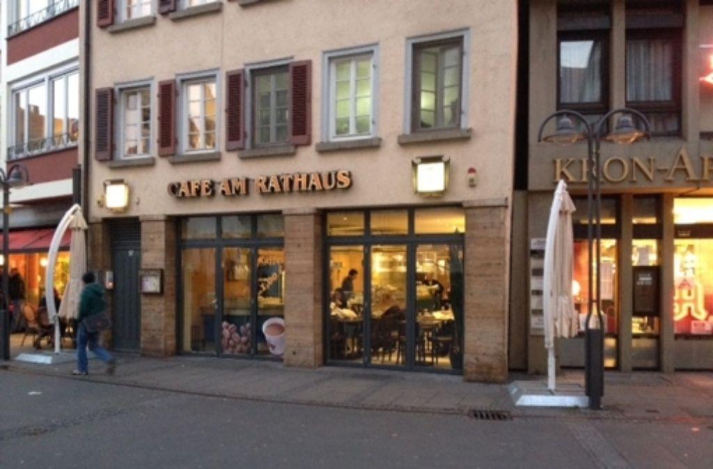Das Café am Rathaus befindet sich gegenüber von Stadtkirche und Bezirksrathaus. Foto: Maira Schmidt