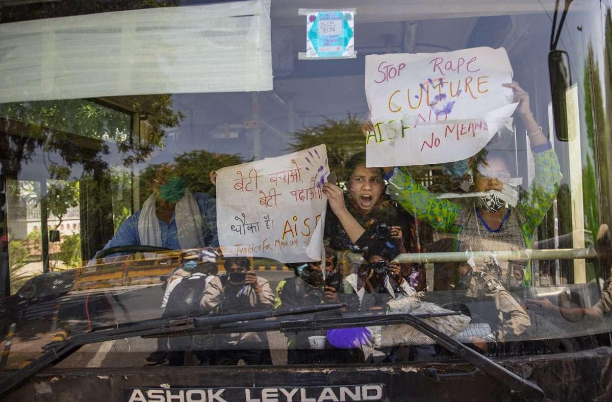 Nach der tödlichen Vergewaltigung gehen indische Frauenrechtlerinnen auf die Straße – einige von ihenn werden bei Protesten festgenommen. Foto: dpa/Altaf Qadri