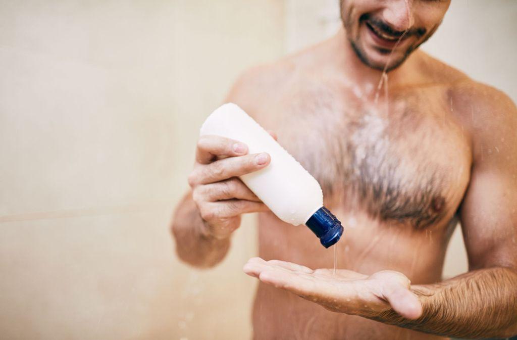 """""""Öko-Test"""" fand in manchen Duschgels für Männer Formaldehyd oder den problematischen Duftstoff Lilial. Foto: baranq - stock.adobe.com"""