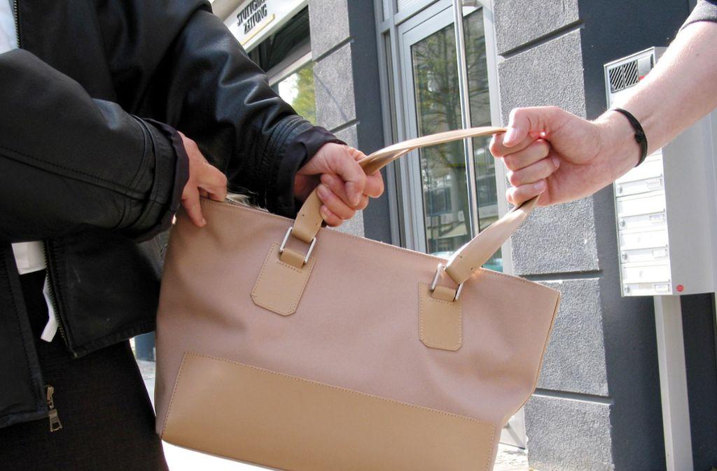 Passanten können einen Handtaschenraub vereiteln. Foto: Georg Friedel (Symbolbild)