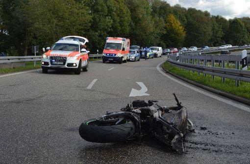 Motorradfahrer schleudert gegen Leitplanke und stirbt