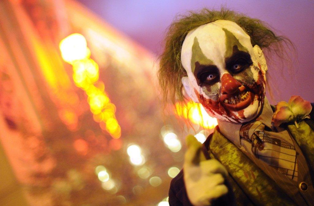 Halb Clown, halb Zombie: Auch Südwesten erschrecken gruselige Gestalten ahnungslose Passanten, indem sie plötzlich aus dem Gebüsch springen oder hinter Haustüren lauern. Foto: dpa/Symbolbild