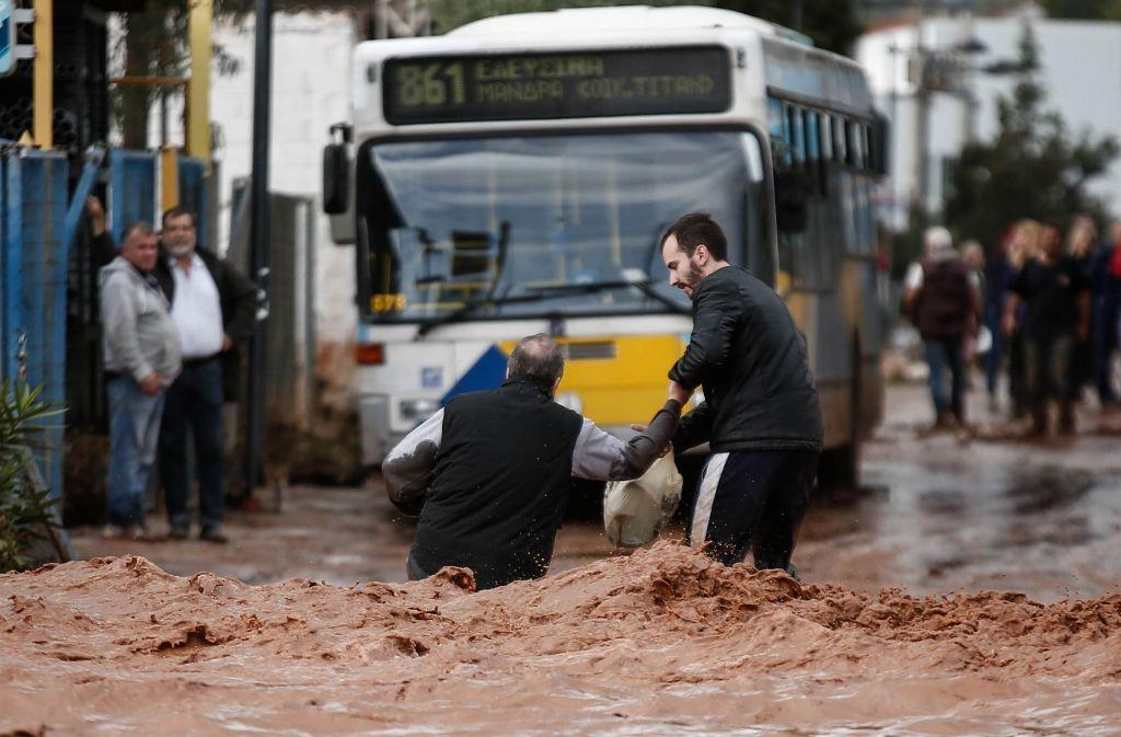 Schwere Regenfälle haben erhebliche Schäden entlang der Küste im Westen der griechischen Hauptstadt Athen angerichtet. Foto: Eurokinissi/Zuma/dpa