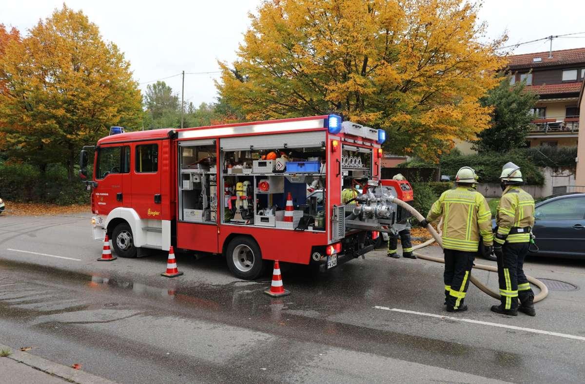 Die Feuerwehr war mit fünf Fahrzeugen, 21 Einsatzkräften und der Rettungsdienst mit drei Fahrzeugen und acht Einsatzkräften vor Ort. Foto: SDMG/Maier