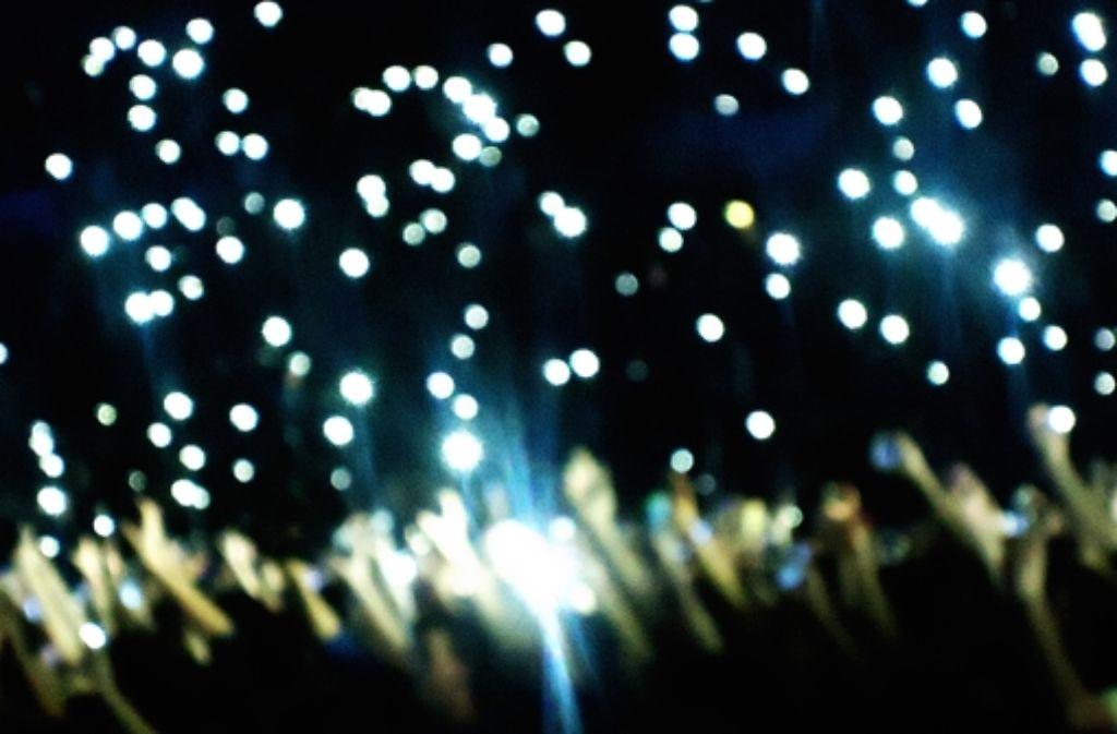 Tanzen und feiern: Beim Konzert in Stuttgart jubelten am Mittwochabend Hunderte Fans zu den Songs von Casper. Mehr Impressionen des Konzerts gibt es in der folgenden Bilderstrecke. Foto: Wiebke Wetschera