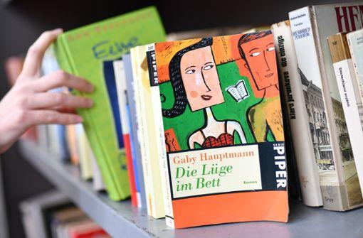 Polizei lässt Randalierer-Trio 50 Bücher wieder einräumen