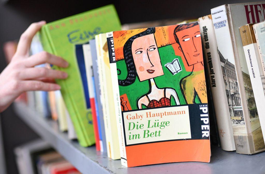 Die Randalierer warfen mit den Büchern um sich. Foto: dpa