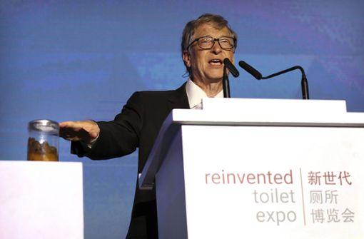 Darum zeigte der Milliardär ein Glas Kot auf einer Konferenz