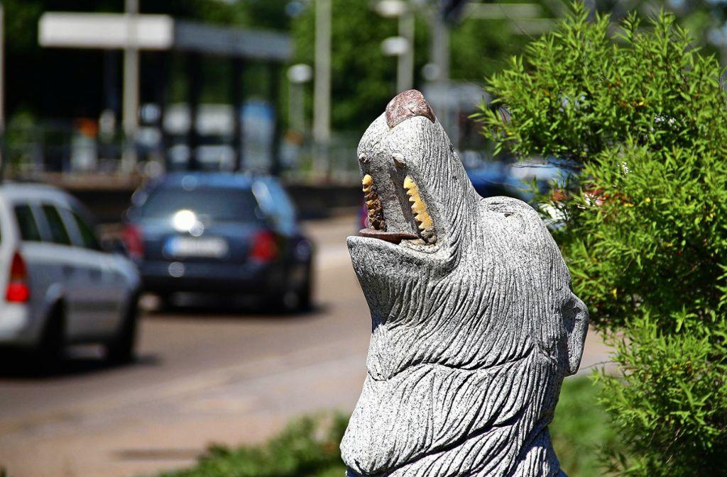 Nicht nur dem Wolf am Eingang in den Stadtteil ist es zum Heulen zumute: Auch viele Wolfbuscher beklagen sich über den Verkehr vor der Haustür. Foto: /Simon Granville