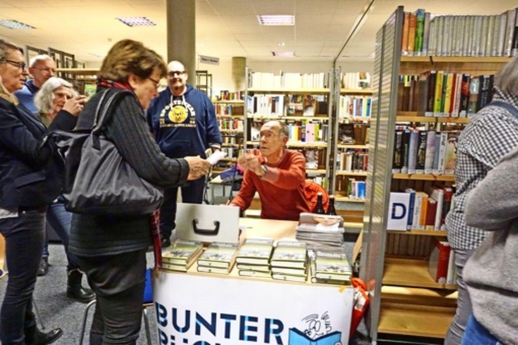 """""""Neugierig – auf Leute und die ganze Welt"""" heißt sein Buch: Stefan Siller hat für die Sendung """"Leute"""" etwa 3000 Menschen vors Mikrofon geholt. Foto: Ursula Vollmer"""