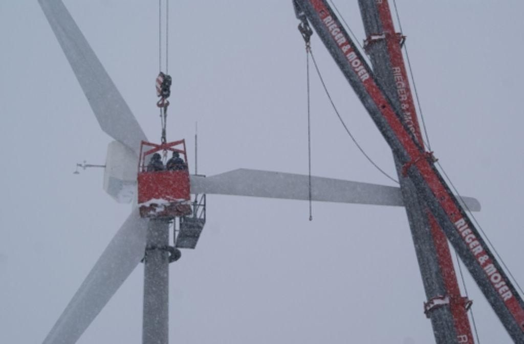Im dichten Schneetreiben haben die Mitarbeiter der EnBW damit begonnen, die Windkraftanlage nach 24 Jahren abzubauen. Foto: Lenk