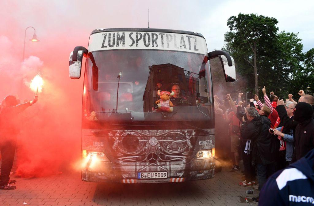 Union Berlin feiert den Aufstieg frenetisch. Schon vor dem Spiel waren die Fans elektrisiert. Foto: dpa