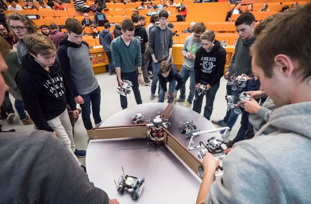 In der sogenannten Drehtür des Todes entscheidet sich, wessen Roboter am längsten die Runde macht. Foto: Lichtgut/Achim Zweygarth