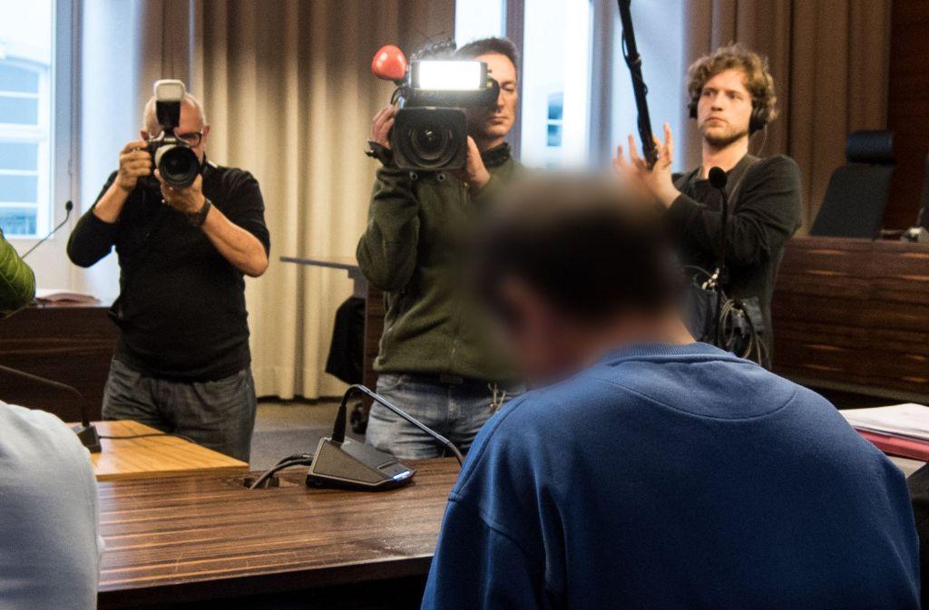 Der Angeklagte Lastwagenfahrer ist im Gerichtssaal mit einem großen Medieninteresse konfrontiert. Foto: dpa
