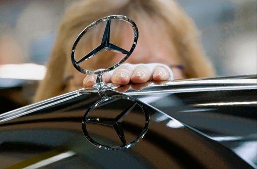 Der glänzende Daimler-Stern hat Kratzer. Mitarbeiter sind bestochen worden. Foto: dapd