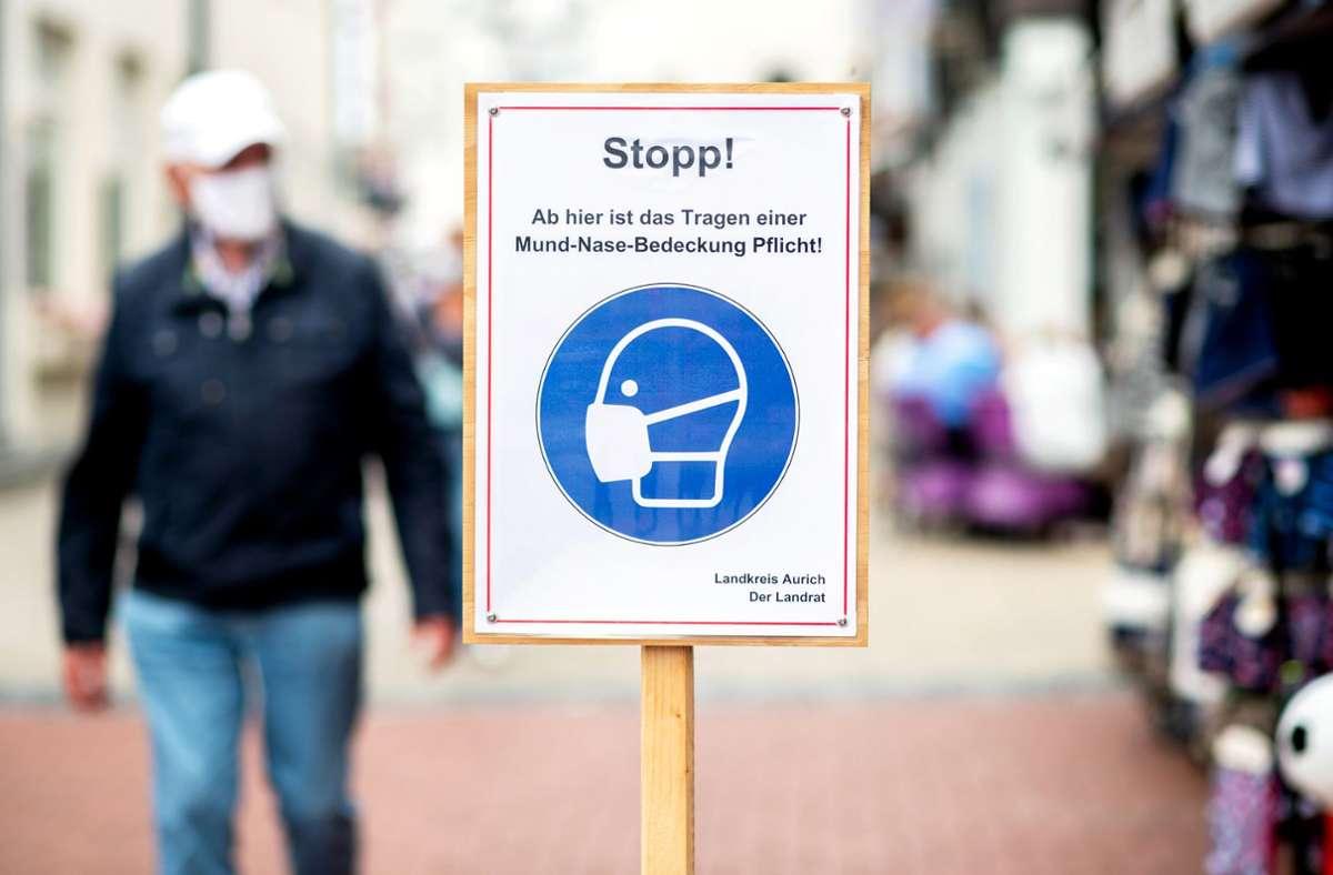 Statt 25 Euro wird das Bußgeld für Maskenverweigerer auf 50 Euro erhöht. In Bussen und Bahnen kostet es weiterhin 100 Euro. Foto: dpa/Hauke-Christian Dittrich
