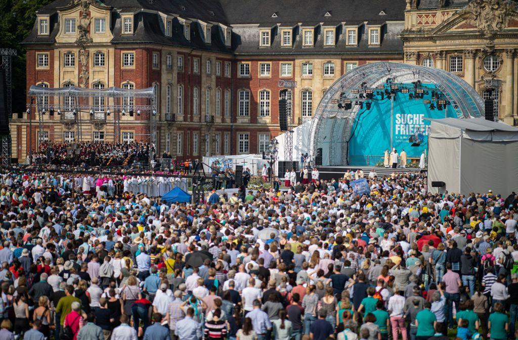 Mehr als 30000 nehmen am Abschiedsgottesdienst auf dem Schlossplatz in Münster teil Foto: dpa