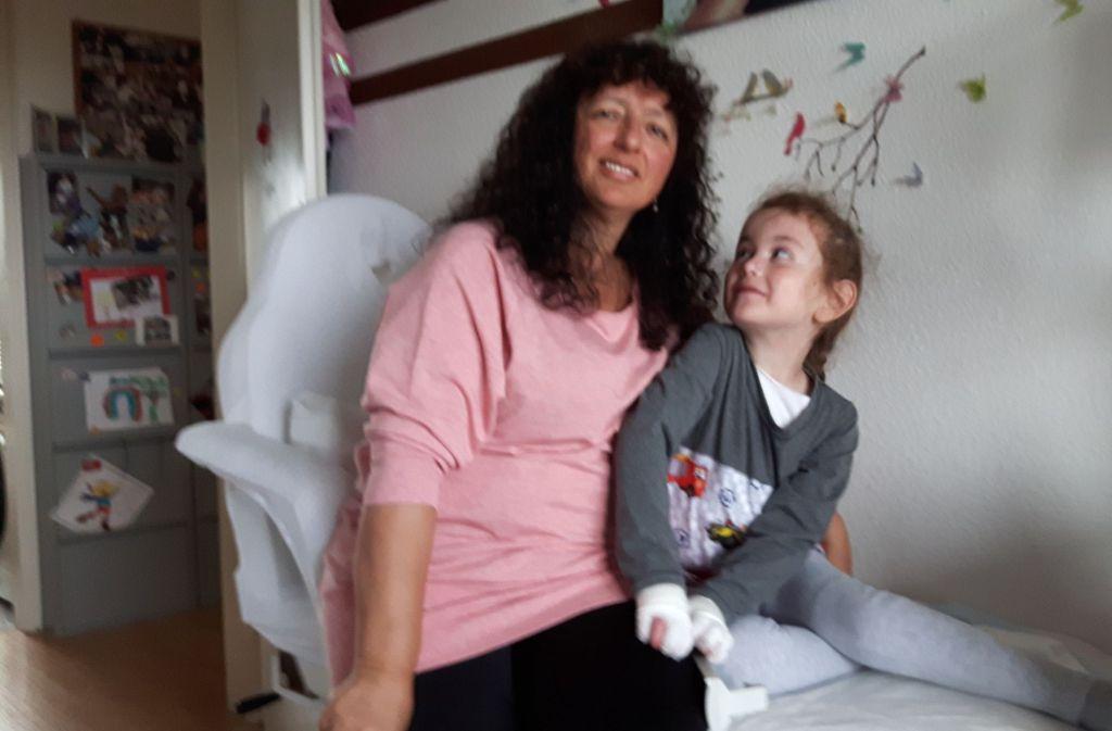 Nadja und ihre Mutter Veronika nach dem Anlegen des Verbands. Foto: Eva Funke