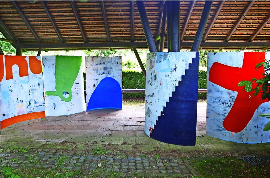 Diese Paravents hat Heidi Kucher aus den Abschälungen einer Litfaßsäule geschaffen. Mehrschichtig und leuchtend wie die kompakten Platten sind auch ihre Gemälde. Foto: Privat