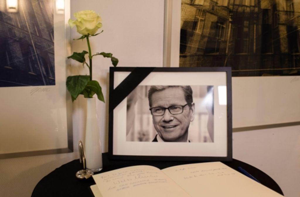 Im Thomas-Dehler-Haus in Berlin liegt ein Kondolenzbuch aus, in das sich die Trauernden eintragen können. Foto: dpa
