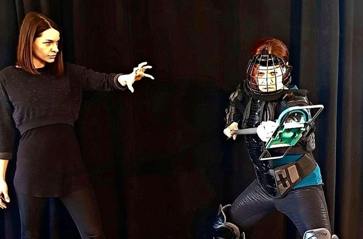 """Bernadette Hug (links) und Sorina Kiefer spielen im Musical """"Hexen"""" die Hauptrollen. Das Theater der Altstadt zeigt das Stück coronabedingt als Online-Stream.  Foto: Nathalie Veit"""