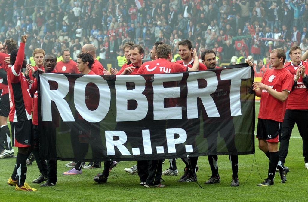2010 gedenken die Spieler von Hannover 96 Robert Enke. Jetzt jährt sich der  Todestag des Torhüters zum zehnten Mal. Foto: dpa/Franz-Peter Tschauner