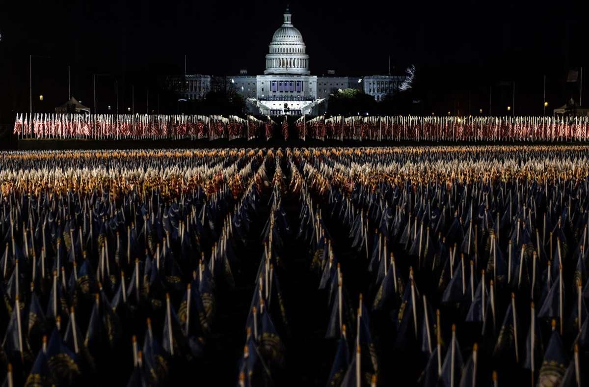 191.500 US-Fahnen sind auf der National Mall vor dem Kapitol in Washington zur Amtseinführung Joe Bidens aufgestellt worden. Foto: AFP/STEPHANIE KEITH