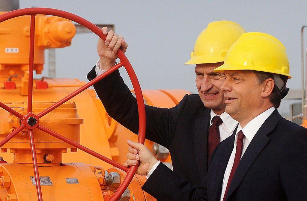 Gemeinsam große Räder drehen: Günther Oettinger, damals noch  EU-Energiekommissar, und  Viktor Orban (rechts) im Oktober 2010 bei der Inbetriebnahme einer Gaspipeline in Ungarn. Foto: dpa/Szilard Koszticsak