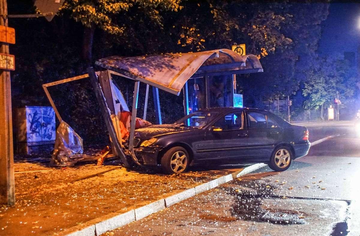 Der Mercedes krachte gegen die Bushaltestelle Eschenried in Sindelfingen. Foto: SDMG/SDMG / Dettenmeyer