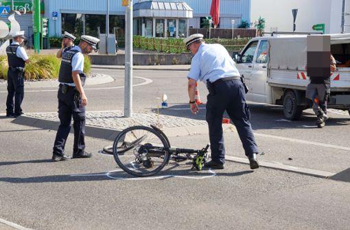 89-jähriger Autofahrer überrollt Radfahrer –  Lebensgefahr