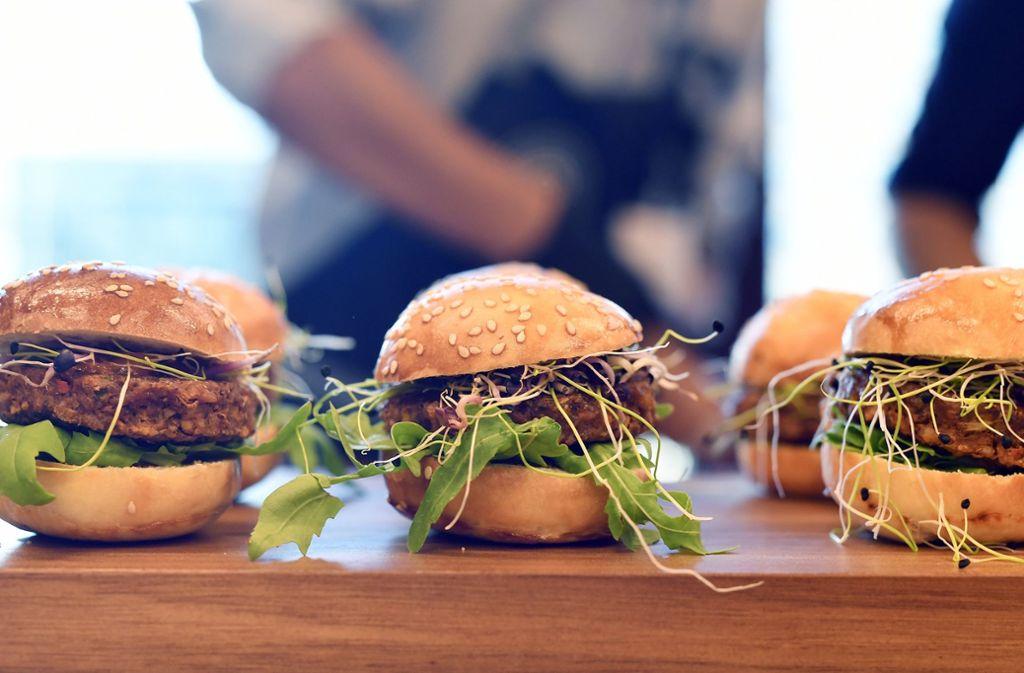 Die Insekten sind im Burger kaum erkennbar – sie sind klein gehackt und verarbeitet. Foto: dpa