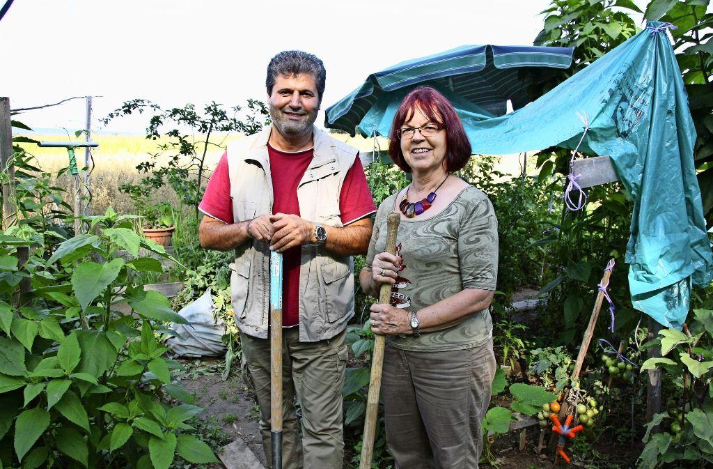 Memduh Karayigit und Rosemarie Gädeke lieben das Gärtnern. Foto: Natalie Kanter