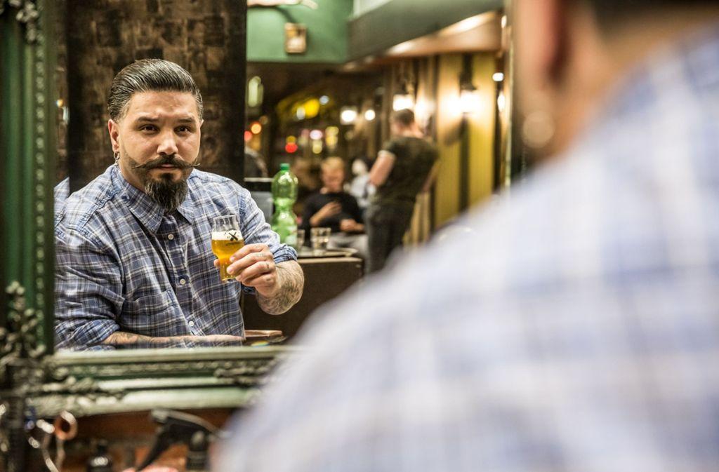 Der Barber Shop diente ebenfalls Bierstation. Insgesamt zwölf Geschäfte haben Craft Biere bei der ersten Bierwanderung im Gerberviertel rund um die Tübinger Strasse angeboten. Foto: Lichtgut/Julian Rettig