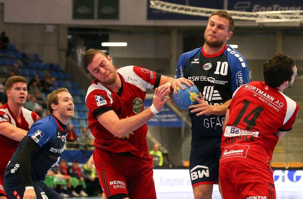 Michael Kraus (Mitte) und die SG BBM Bietigheim tun sich schwer: Oft gibt es für den Weltmeister von 2007 in der zweiten Liga kein Durchkommen. Foto: Baumann